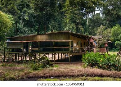 Kota Kinabatangan, Sabah, Malaysia - Juli 27 2014: Murut Longhouse fat the entrance to the Gomantong Caves, a traditional place for harvesting birdnests, occupied by the traditional owners and guards.