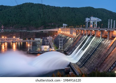 Krasnoyarsk hydroelectric power station-draining water from two locks in the evening to prevent the risk of flooding