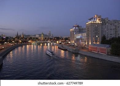KREMLIN AND MOSKVORETSKIY BRIDGE OVER RIVER MOSCOW RUSSIA, 30TH SEPTEMBER 2005