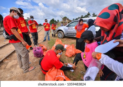 KUALA KRAI, KELANTAN MALAYSIA : January 13,2015 : A group of volunteers brought food and relief items to help the flood victims. Worst flood that hit East Coast of Malaysia in December 2014.