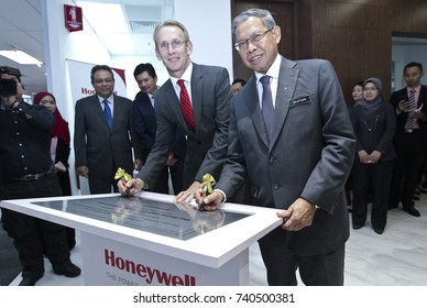 KUALA LUMPUR 02 OCTOBER 2017 : Minister of (MITI), Dato Sri Mustapa Mohamed, and President Honeywell, ASEAN, Brand Greer, smile after down the signature of The Honeywell Connected Experience.