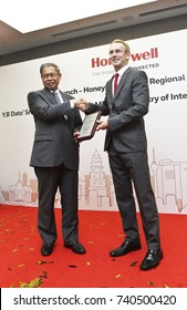 KUALA LUMPUR 02 OCTOBER 2017 : Minister of (MITI), Dato Sri Mustapa Mohamed, received a welcoming from President Honeywell, ASEAN, Brand Greer, after launch of The Honeywell Connected Experience.