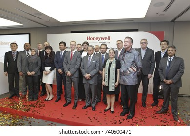 KUALA LUMPUR 02 OCTOBER 2017 : Minister of (MITI), Dato Sri Mustapa Mohamed, and President Honeywell, ASEAN, Brand Greer, photo session aunch after lounch at Honeywell Connected Experience.