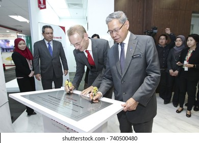 KUALA LUMPUR 02 OCTOBER 2017 : Minister of (MITI), Dato Sri Mustapa Mohamed, and President Honeywell, ASEAN, Brand Greer, down the signature after launch of The Honeywell Connected Experience.