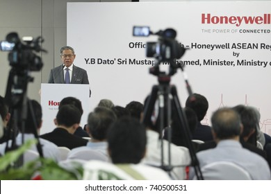 KUALA LUMPUR 02 OCTOBER 2017 : Minister of (MITI), Dato Sri Mustapa Mohamed, delivered a speech before Launch of The Honeywell Connected Experience.