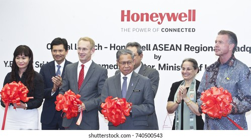 KUALA LUMPUR 02 OCTOBER 2017 : Minister of (MITI), Dato Sri Mustapa Mohamed, and President Honeywell, ASEAN, Brand Greer, launch of The Honeywell Connected Experience.