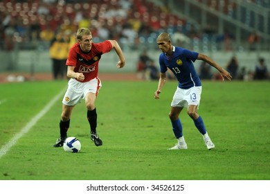 KUALA LUMPUR- JULY 20: Michael Carrick (L) of Manchester United and Malaysian Indra Putra (R) in action during friendly match (2nd Match) against Malaysia, July 20, 2009 in Kuala Lumpur.