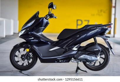 Kuala Lumpur, Malaysia - Januari 18, 2018 : View of Scooter Honda PCX Hybrid Motorcycle.