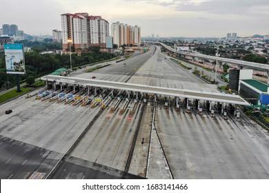 KUALA LUMPUR, MALAYSIA - MAC 24, 2020. An empty highway at the Sungai Besi toll plaza in Kuala Lumpur.