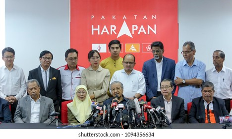 KUALA LUMPUR, MALAYSIA - MAY 17, 2018 : Malaysian Prime Minister Mahathir Mohamad (C) with Pakatan Harapan leader during press conference.
