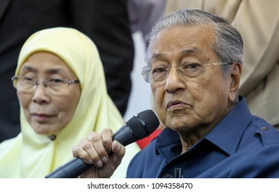 KUALA LUMPUR, MALAYSIA - MAY 17, 2018 : Malaysian Prime Minister Mahathir Mohamad (R) with his deputy, Wan Azizah Wan Ismail during press conference.