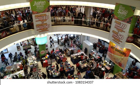 KUALA LUMPUR, MALAYSIA - MAY 4 2018 : The people are shopping at Sogo Shopping Mall Kuala Lumpur buying the clothing that during sale.
