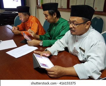 KUALA LUMPUR - MAY 6:A group of unindentified teacher learning how to use ipad on 06 May 2016.Malaysia moves towards 21st century learning environment.