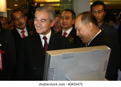 KUALA LUMPUR - SEPTEMBER 7:Former Malaysian Prime Minister Abdullah Badawi arriving at the launch of CIMB Bank's first branch at Starhill Gallery September 7, 2006 in Kuala Lumpur, Malaysia.