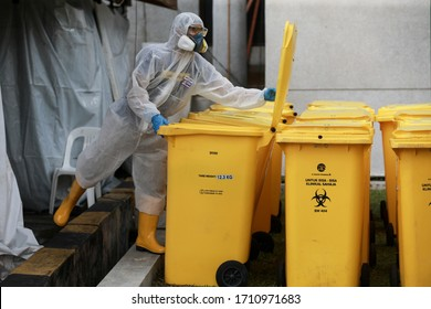 Kuala Lumpur,22 April 2020-Malaysia.A health worker looking at the clinical waste bin during a covid 19 test in Kuala Lumpur while wearing a personal protective equipment.