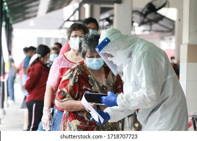 Kuala Lumpur,28 April 2020-Malaysia. A Malaysian medical workers wearing personal protective equipment before conduct a covid-19 test in Kuala Lumpur.