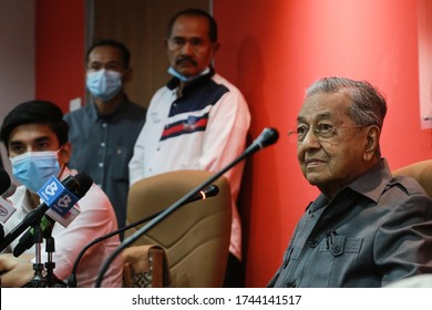 Kuala Lumpur,29 May 2020-Malaysia.Malaysia former prime minister Tun Dr Mahathir Mohamad (right) is pictured in a hotel near Petaling Jaya,Selangor.