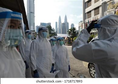 Kuala Lumpur, 30 avril 2020-Malaisie. Un médecin malaisien portant un équipement de protection individuelle avant d'effectuer un test de 19 visages à Kuala Lumpur.