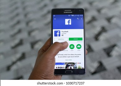 KUANTAN PAHANG MALAYSIA , JANUARY 25TH 2018- Install Facebook on Samsung. Largest and most popular social networking site in the world.