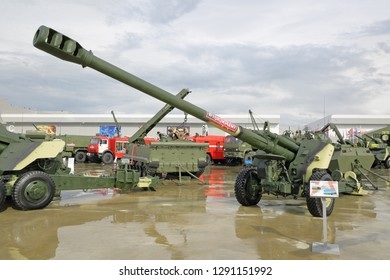 """KUBINKA, MOSCOW OBLAST, RUSSIA - AUG 21, 2018: The 2A65 is a Russian (Soviet) 152 mm towed howitzer MSTA-B at the International military-technical forum ARMY-2018 in military Park """"Patriot"""""""
