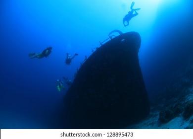Kuda Giri shipwreck and scuba divers