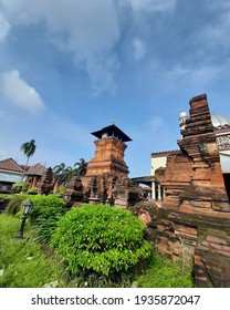The Kudus Tower was built by Sunan Kudus with a pile of red stones. In addition to building the Kudus Tower, the member of Wali Songo, whose real name is Ja'far Sadiq, also built the Menara Kudus Mosq