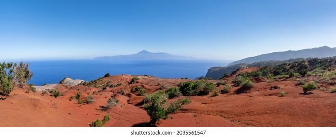 La Gomera - rote Wüstenlandschaft nahe dem Aussichtspunkt Mirador de Abrante mit Blick auf Teneriffa