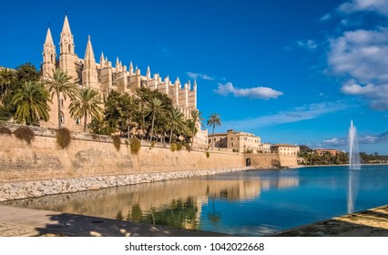La Seu, gothic cathedral built on a previous mosque, Parc de la Mar (Park of the Sea), Palma de Mallorca (Majorca), Balearic Islands, Spain