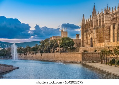 La Seu, gothic cathedral built on a previous mosque, Parc de la Mar (Park of the Sea), Palma de Mallorca (Majorca), Balearic Islands, Spain