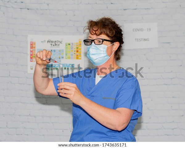 Lab technician working in a lab doing COVID-19 testing.