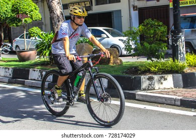 Labuan,Malaysia-Sep 30,,2017:Labuaners commuting from work by bike in the morning  at Labuan,Malaysia.Malaysia is encouraging people to cycle for recreation & to commute to work.