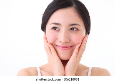 A lady takes care of her skin