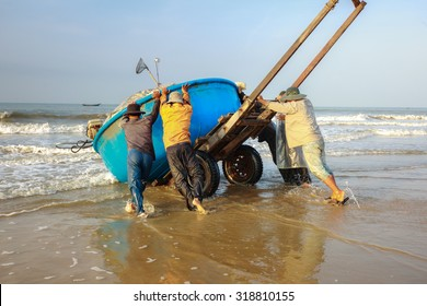 Lagi beach, Vietnam - August 31, 2015: the daily work of ngi fishing village Lagi, BinhThuan province, Vietnam Lagi, BinhThuan province, Vietnam