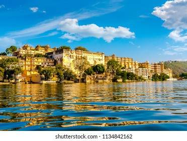 Lake Pichola and City Palace, Udaipur, Rajasthan, India, Asia.
