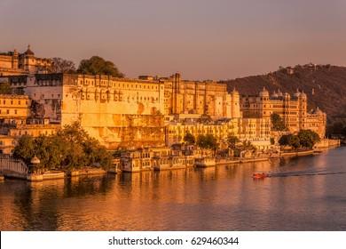 Lake Pichola and Taj Lake Palace , Udaipur, Rajasthan, India, Asia.