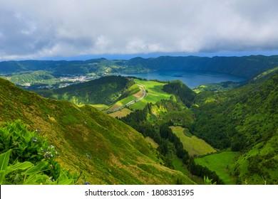Lac de Sete Cidades, lac de cratère volcanique sur l'île de Sao Miguel, Açores, Portugal. Vue depuis Boca do Inferno