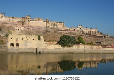 Lake and view of Amber Fort on the outskirts of Jaipur, Rajasthan, India