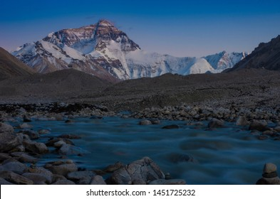 Lakes and mountains of tibetan plateaus