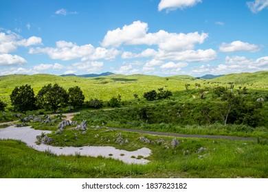 秋吉台国定公園(山口県)の秋吉台高原の風景。