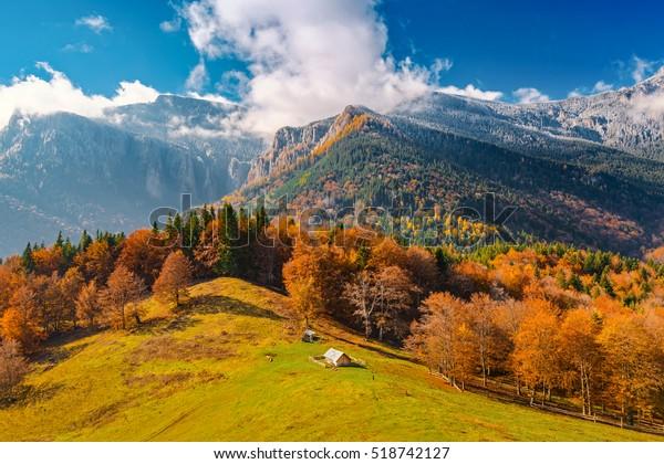 Paisaje con el fin del otoño y el comienzo del invierno en las montañas Cárpatos