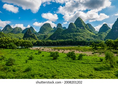 Landschaft von Guilin, Li River und Karst Berge. In der Nähe der antiken Stadt Xingping, Yangshuo, Guilin, Guangxi, China.