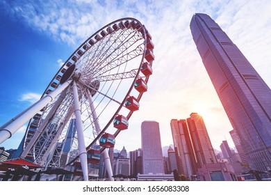 香港の中央部に控えめな商業ビルの背景に香港の風景