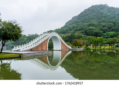 台北の台北で、雨が降り霧がかった大胡公園の月橋の景観