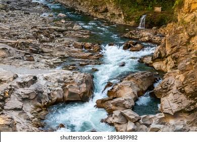 Paysage avec une rivière de montagne qui traverse le canyon.