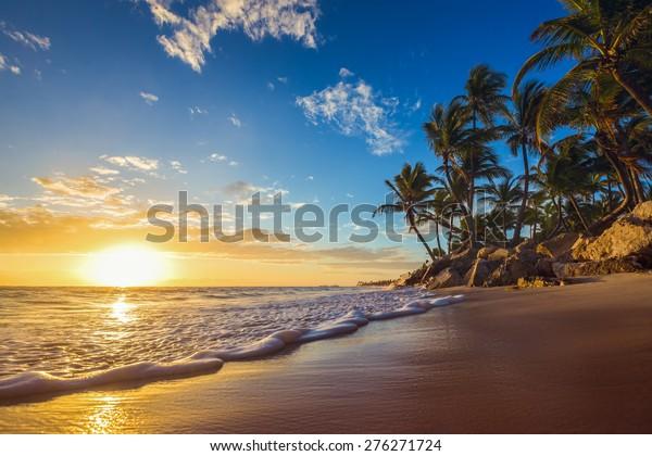 Landschaft paradiesischer tropischer Inselstrand, Sonnenaufgang