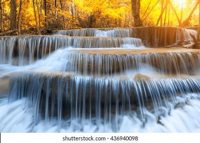 Landschaftsfoto, Huay Mae Kamin Wasserfall, schöner Wasserfall im Regenwald in der Provinz Kanchanaburi, Thailand