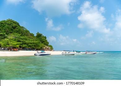 タイのコタル島に青い雲空の背景に熱帯の夏の海岸の風景。 休暇と旅行のコンセプト。