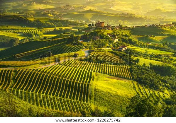 Panorama sur les vignobles de Langhe, Grinzane Cavour, Site de l'Unesco, Piémont, Italie du Nord, Europe.