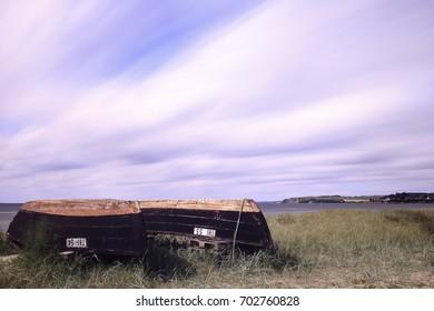 Langzeitbelichtung am Ostsee Strand von Rügen! zwei Fischer Boote liegen im Vordergrund!