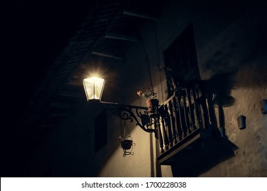 Linterna y balcón en una casa de pueblo